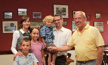 TSV Präsident Günther Kuch (rechts) überreicht offiziell den Schlüssel der Vereinsgaststätte der Familie Rönnebeck (von links: Nicole, Paul, Anne, Theo und Michael).