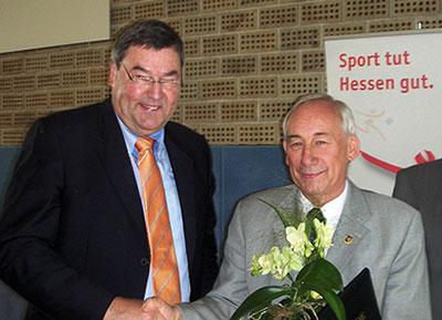 Der wiedergewählte Präsident des LSB-H  Dr. Rolf Müller gratuliert Ehrenmitglied Horst Knop