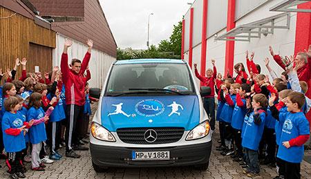 Fußballjugend begrüßt den neuen Mannschaftsbus
