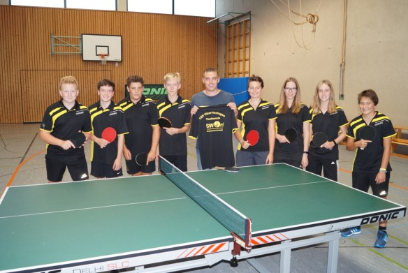 2016-09-24-uebergabe-tischtennistrikots-tsv
