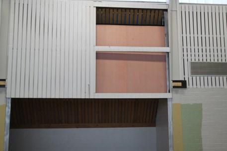 Die Geräteraumtore wurden mit Holz verkleidet.