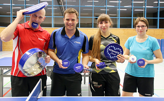Thorsten Büchler (von links) unterliegt mit dem großen Nivea-Deckel Weltmeister Patrick Seidt, der seine Dose geschickt mit einem Schlägergriff präparierte. Vanessa Herm gewinnt das WM-Finale der Frauen gegen Xenia Maier.