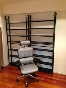がらんどうの新居に椅子と本棚が届いたよ♪