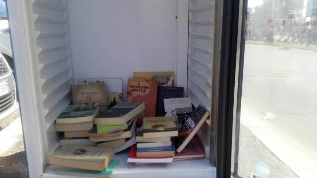 In attesa dell'Ama divento un bibliofrigo. Lascia un libro prendi un libro. L' iniziativa anti degrado di un gruppo di cittadini di Monteverde