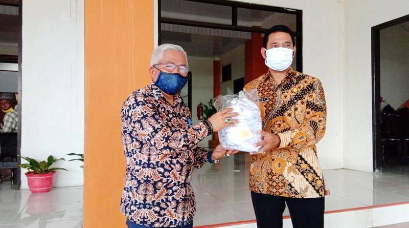 Kejari Tual bagi masker kepada DPRD Kota Tual