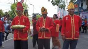 Pakaian Adat Kei ketika menerima wisatawan yang masuk di Nuhu Evav