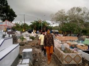 Hamud bersiarah ke makam orang tua di pekuburan umum Yarler, Jumat sore ( 28/8/2020 )