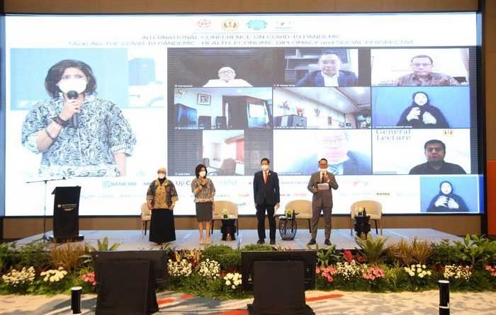 "Hari pertama Konferensi Internasional ""Tackling The COVID-19 Pandemic: Health, Economics, Diplomacy, And Social Perspectives"" yang digelar Ikatan Keluarga Alumni Unpad di Bandung, Jawa Barat (23/2). Dari kiri ke kanan: Dr. dr. Brian Sri Prahastuti, MPH. TAU (Kantor Staff Presiden), Shanti Shamdasani (KADIN), MQ Iswara (Sekjen IKA Unpad), dan Junico B.P Siahaan (DPR RI)"