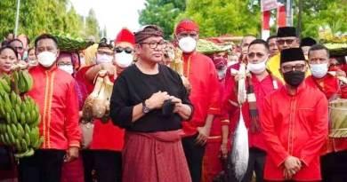 Bupati-Malra-pakai-baju-adat-Kei-antar-Yelim-di-Gereja-Katolik-Ohoijang.