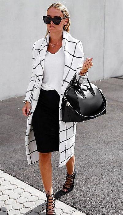 falda negra con camiseta blanca