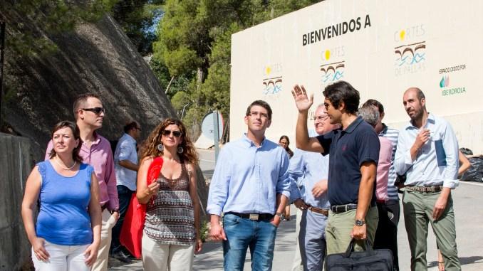Jorge Rodríguez y representantes del consistorio durante una visita al municipio Cortes de Pallás.