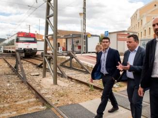 Diputació aporta los primeros 150.000 euros para conectar L'Alcúdia de Crespins y Canals por debajo del tren.