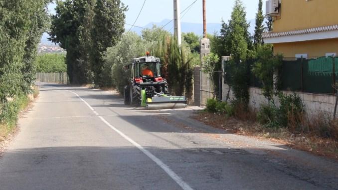 Els treballs per a esbrossar els camins i vies que connecten les diferents zones residencials de la localitat han començat.