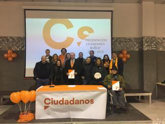 Integrantes de Ciudadanos Buol con su coordinador, Fernando Molina, y con su candidato a la alcaldía, Elio Zanón.