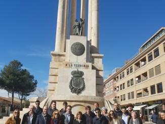Isabel Bonig rodeada de militantes en Requena.