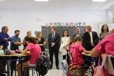 El responsable del Consell, que ha visitado el colegio 103 de València, destaca que este centro simboliza el compromiso del Consell con este objetivo.