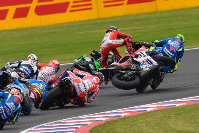 Lorenzo toca na roda traseira de Iannone e cai ainda na primeira volta - Foto MotoGP