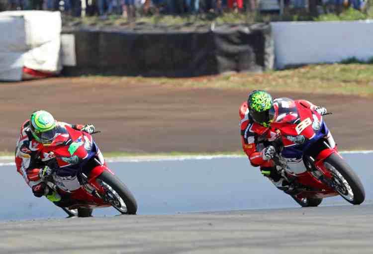 Granado e Faustino, companheiros de equipe disputando posições