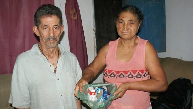 Senhor Benjamim e esposa mostrando para onde vai parte do salário