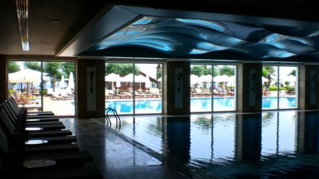 Hallenbad und beheizter Pool im Amara Dolce Vita