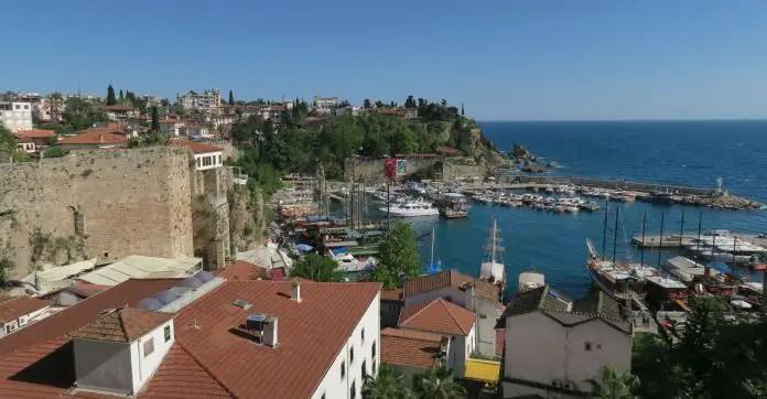 Hafen in der Altstadt von Antalaya, Kaleici. Blick von den Stadtmauern auf den Hafen hinunter und auf das Meer.