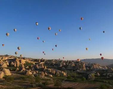 Dutzende Heißluftballone sind am Himmel über Kappadokien zu sehen.