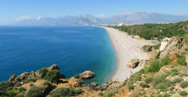 Blick über die Türkische Riviera und ihr Wahrzeichen den Konyaalti Strand in Antalya