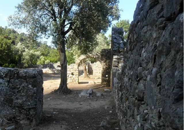 Weg in den Ruinen von Olympos