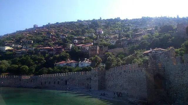 Blick vom Hafen auf die Hafenmauern und den Burgberg von Alanya