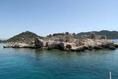 Kleine Insel mit sich darauf befindlichen Ruinen von Simena.
