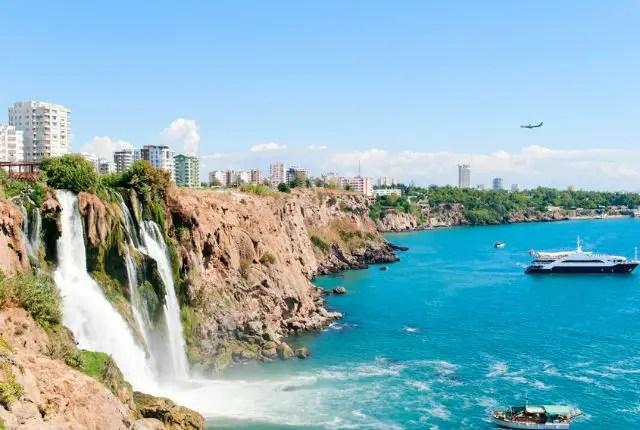 Der Düden Wasserfall stürzt über eine 30 Meter hohe Klippe ins Meer