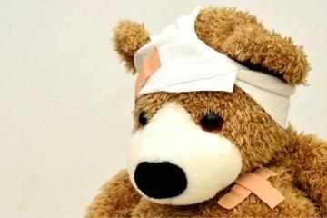 Teddybär mit einem Verband auf seinem Kop