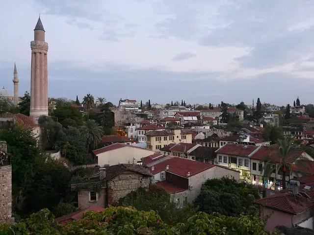 Wahrzeichen Antalyas, das Gerillte Minarett