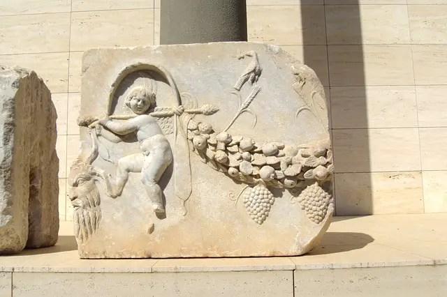 Senkrecht aufgestellte, verzierte Steinplatte.