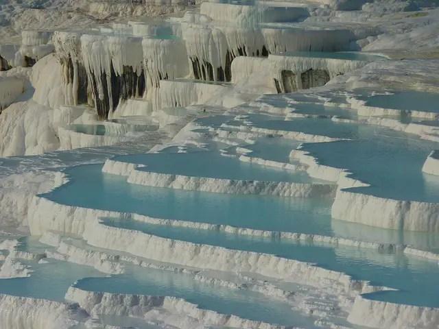 Thermenbecken, aus Kalkstein bestehend, in Pamukkale