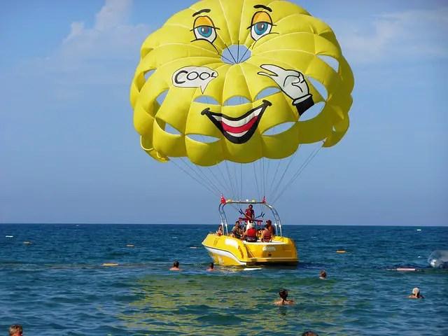 Schnellboot & Fallschirm am Meer