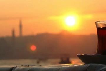 Bosporus bei Sonnenuntergang mit einem Glas Türkischen Tee