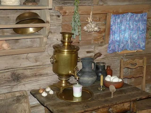 Semaver / Caydanlik in einer alten Holzhütte