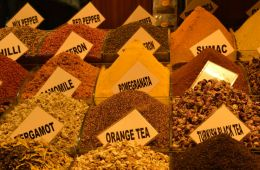 bunte verschiedene getrocknete Teeblätter auf einem Bazar
