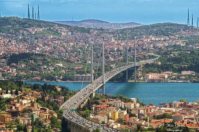 Mehrspurige Autobahnbrücke über den Bosporus.