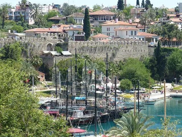 Bild der Stadtmauern und von Segelschiffen im Yachthafen