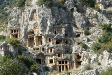 In Stein gehauene Felsengräber an einem Hügel in Myra
