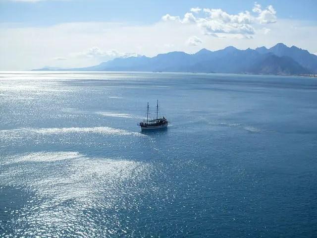 Luftaufnahme von einem Schiff im Golf von Antalya