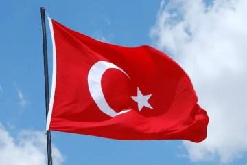 Nahaufnahme der Türkischen Flagge auf einem Fahnenmast