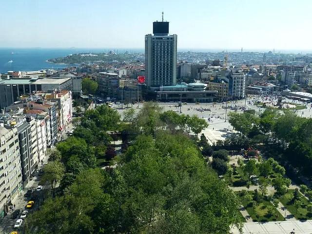 Blick auf den Taxim Platz in Istanbul. Aufgenommen von einem nahen Hochhaus.