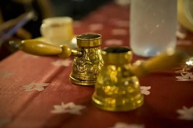 Zwei aus Gold gefertigte türkische Kaffeekannen