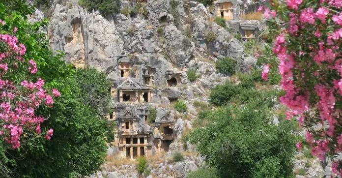 Die Felsengräber sind in einen steilen Bergang hineingehauen worden und wie die Vorderseite eines Tempels gestaltet.