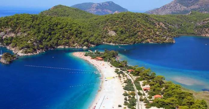 Das türkisblaue Meereswasser in der Blauen Lagune des Ölüdeniz Strandes an der Lykischen Küste
