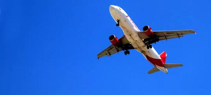 Flugzeug einer türischen Airline am Himmel