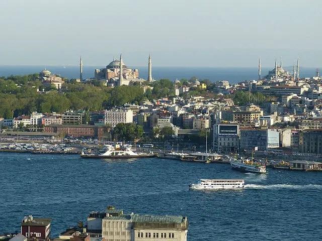 Blick von der asiatischen Seite von Istanbul auf den Bosporus, den Stadtteil Sultanahmet mit der Hagia Sophia und der blauen Moschee und dem Marmarameer im Hintergrund